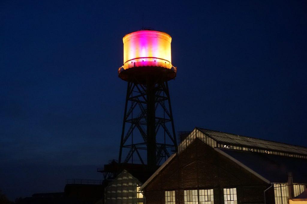Turm der Jahrhunderthalle Bochum bei Nacht